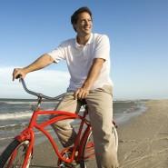 Urlaub am Meer: Fahrrad fahren am Strand