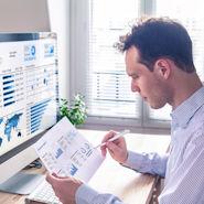 Business Mann studiert Charts am Computer