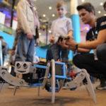 Roboter live in Aktion erleben – Staunende Gesichter sind am Conrad Stand garantiert Fotonachweis: Conrad Electronic/Sven Henig